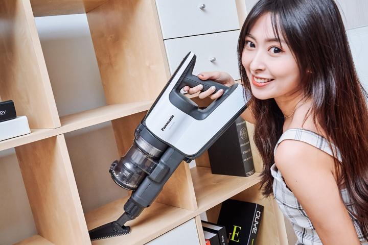 對於家中某些可能會有的洞洞或網狀表面傢俱及用品,不但非常容易卡灰塵,即使用擦的也不見得能清潔乾淨,這時候灰塵刷就能派上用場,輕鬆清潔所有髒污。