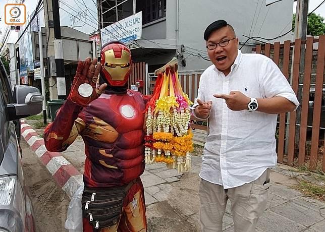 大家有機會在泰國碰上這位鐵甲奇俠,不妨跟他合照及幫襯一下啦!(作者提供)