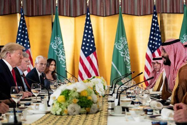 Pertemuan antara Presiden AS Donald Trump (kiri) dan Putra Mahkota Arab Saudi Mohammed bin Salman