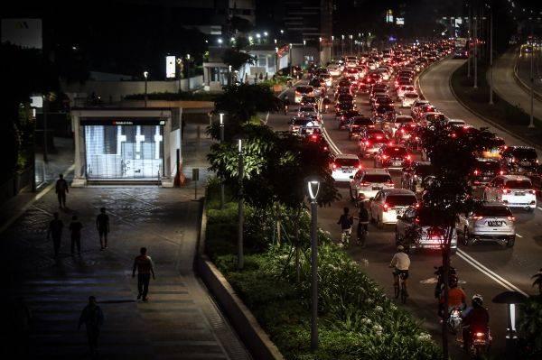 Kendaraan terjebak kemacetan saat pulang kantor di Jalan Jenderal Sudirman, Jakarta, Jumat (5/6).