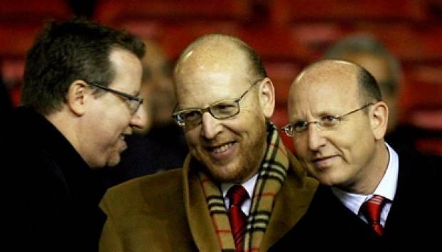 Joel Glazer (kiri), Avram Glazer dan Bryan Glazer di Old Trafford Stadium, Manchester, Inggris pada November 2006. AP/Jon Super