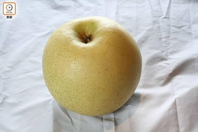 揀選二十世紀梨時,拿上手要有一定重量、外表光滑而渾圓,外皮變黃時食用最甜美。(資料圖片)