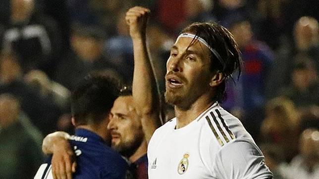 Wajah kecewa pemain Real Madrid, Sergio Ramos saat pemain Levante berselebrasi di akhir laga lanjutan Liga Spanyol di Valencia, Spanyol, 22 Februari 2020. Real Madrid takluk 0-1 di kandang Levante dalam laga pekan ke-25 Liga Spanyol. REUTERS/Jon Nazca