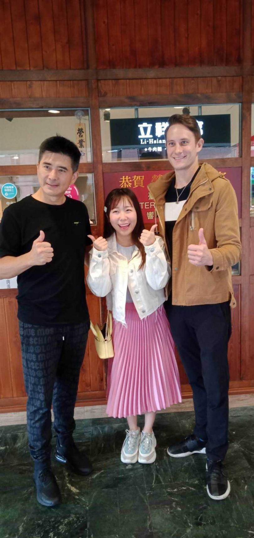 邵昕(左起)、早川小百合與馬丁合影留念。(圖/國興衛視提供)