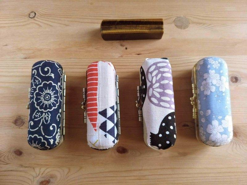 可客製化.挑選自己喜歡的布,純手工製作口金印章盒 放進包包不佔空間,適合復古又文青的你
