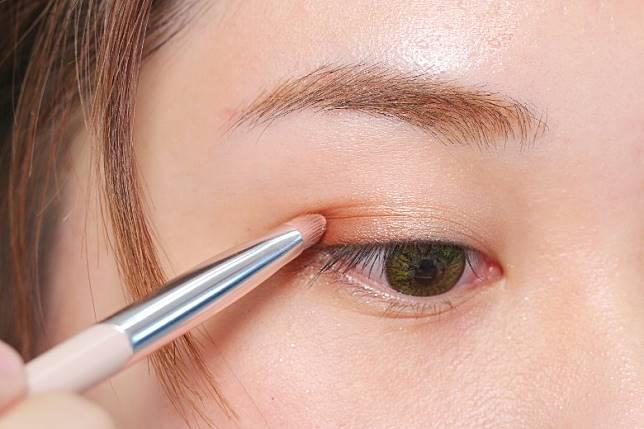 Step 2:在眼尾掃上深色眼影,以突出眼部輪廓。(胡振文攝)