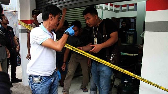Tim Puslabfor Mabes Polri melakukan olah tempat kejadian perkara di rumah kios tempat perisitiwa pembunuhan satu keluarga, di kawasan Jatirahayu, Bekasi, Jawa Barat