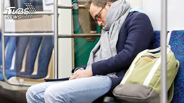 通勤族搭乘大眾運輸系統時,總是會小睡片刻以補充體力。示意圖/TVBS