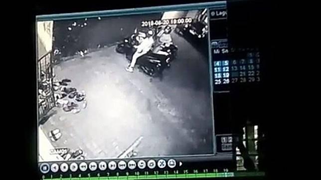 Rekaman CCTV di Masjid Al Ishlah, Jalan Vinolia, Kelurahan Jatimulyo, Kecamatan Lowokwaru, Kota Malang yang memperlihatkan sejoli melakukan tindak pencurian kendaraan bermotor.