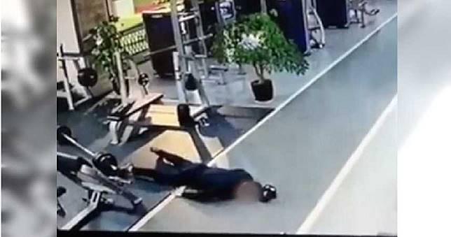 健身男狂舉槓鈴重壓肚子! 嚇到立馬站起…下秒無意識臉部著地