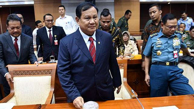 Defense Minister Prabowo Subianto (middle) ahead of a meeting with House of Representatives (DPR) Commission I at the Parliamentary Complex, Jakarta, on Monday, November 11, 2019. ANTARA