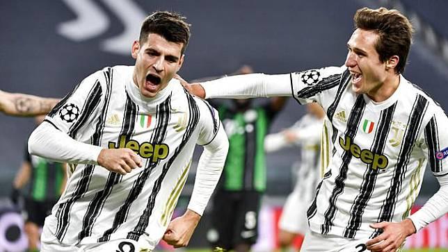 Striker Juventus, Alvaro Morata, melakukan selebrasi usai mencetak gol ke gawang Ferencvaros pada laga Liga Champions di Turin, Rabu (25/11/2020). Juventus menang dengan skor 2-1. (Marco Alpozzi/LaPresse via AP)