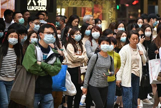 市民外出佩戴口罩。