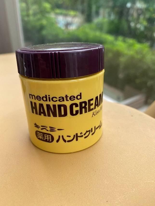 日本購入的手痕救星Kiss Me Medicated Hand Cream,其實味道真的不好,不是手痕和乾燥是不太想拿起它來用!(Mon提供)