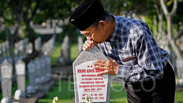 Public Mourns Passing Of Bj Habibie At True Love Monument