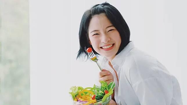 Makan buah dan sayur organik bisa membantu menyeimbangkan hormon dalam tubuh. (Foto: shutterstock)