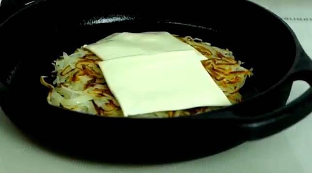 在每塊薯餅面鋪上芝士層層疊起。(互聯網)