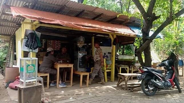 Polisi olah TKP lokasi penemuan jasad editor Metro TV Yodi Prabowo. (Suara.com/Arga)