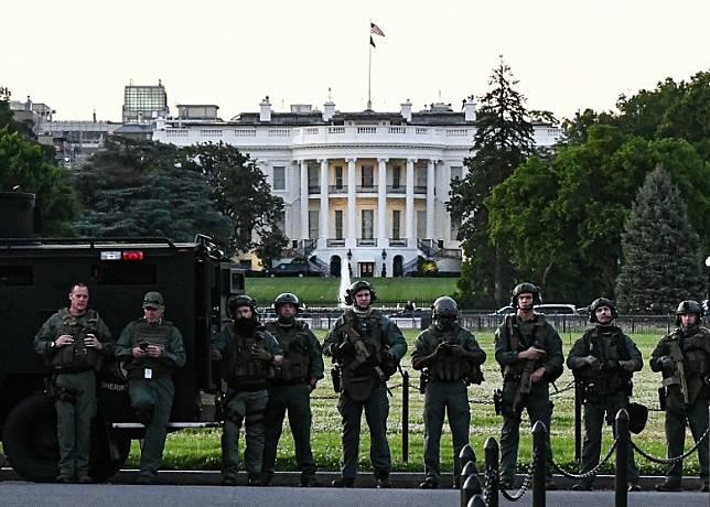 國民警衞軍駐守白宮南側的橢圓形草坪。