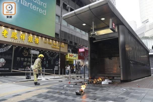 尖沙咀港鐵站D1出口起火。(黃仲民攝)