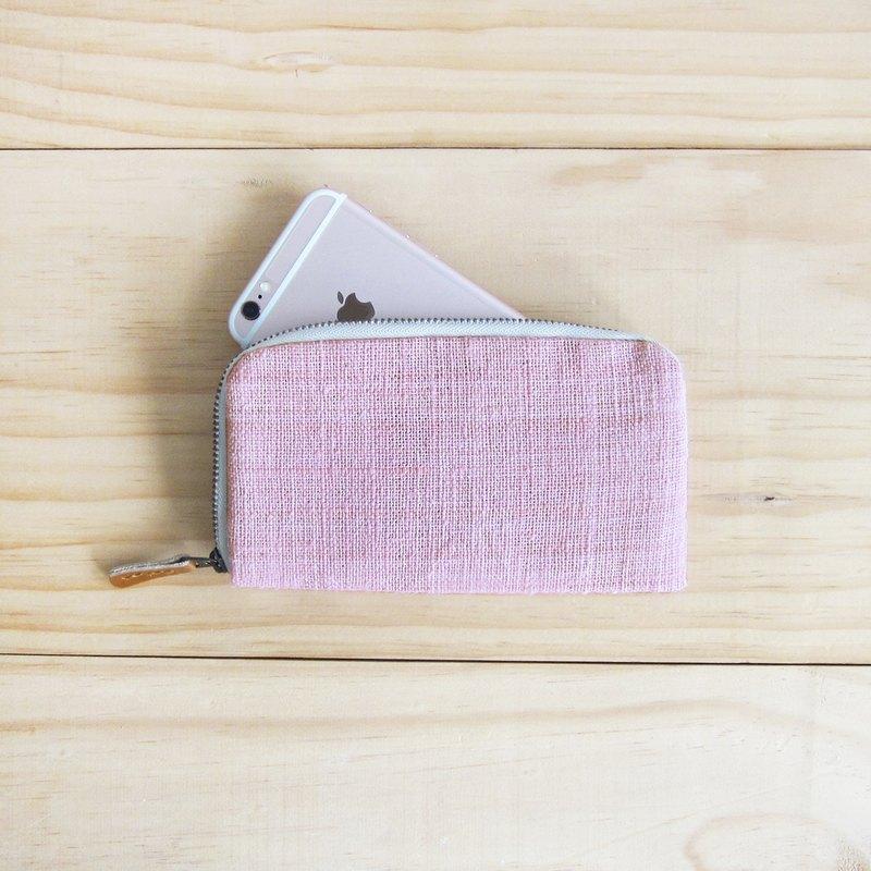 粉紅色 商品明細: 長度:約 16.5 cm. 寬度:約 9.5 cm. 整個包包都是用棉製造的喔~~拉鏈部分為金色塑鋼拉鍊,保證非常堅固。 材質的來源,是由泰國清邁的婦女會們手工製造的棉布,纖維顏色