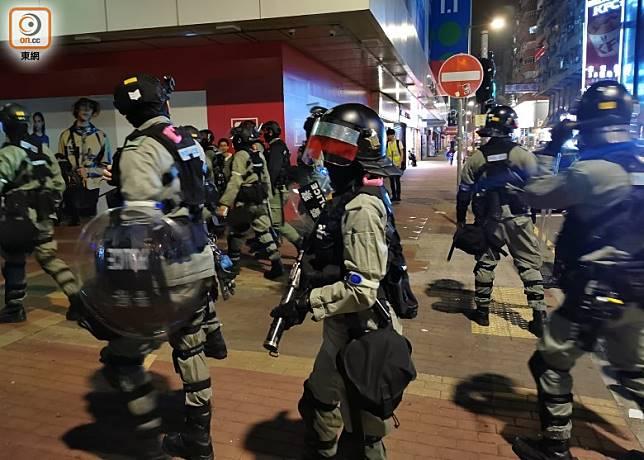 防暴警往彌敦道推進。(葉嘉文攝)