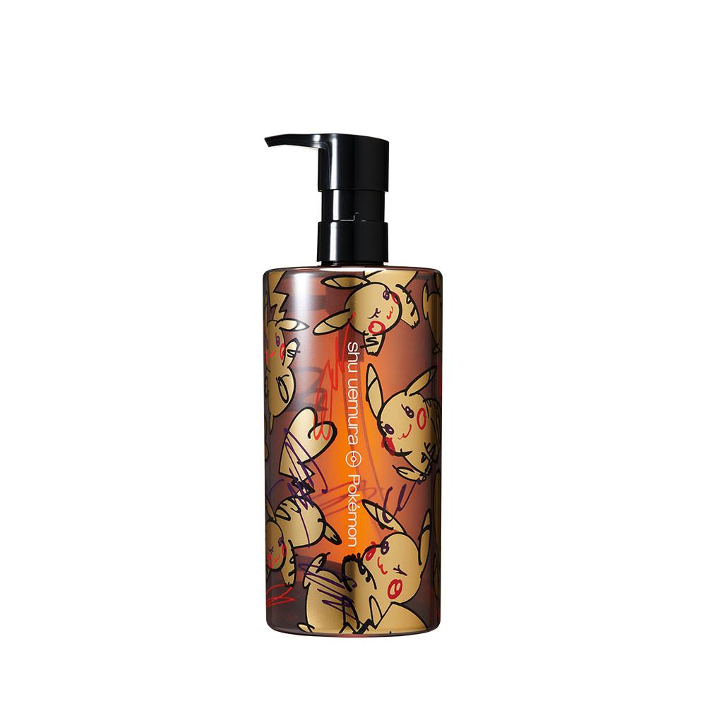 shu uemura x Pokémon限量聯名彩妝系列【全能奇蹟金萃潔顏油】,擁有可愛又時尚的包裝,經典潔顏油搭配迷人的皮卡秀圖案,每天使用卸妝油清潔卸妝都能擁有好心情。
