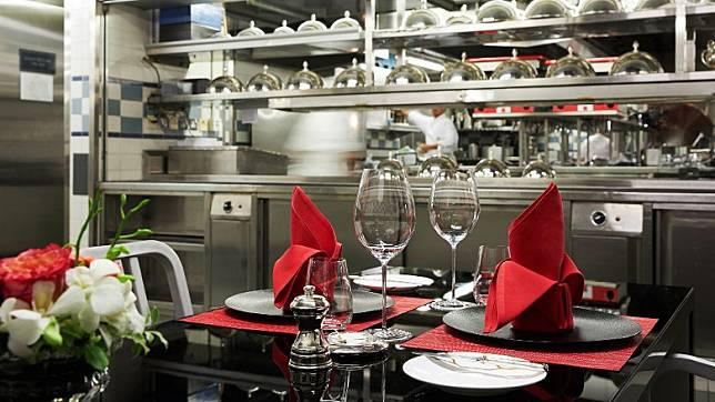 法國餐廳的「廚師之桌」設在廚房內,客人可近距離欣賞大廚功架。(互聯網)