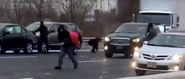 ภาพเหตุการณ์ผู้คนลงมาเก็บเงินสดที่เกลื่อนถนนในรัฐนิวเจอร์ซีย์