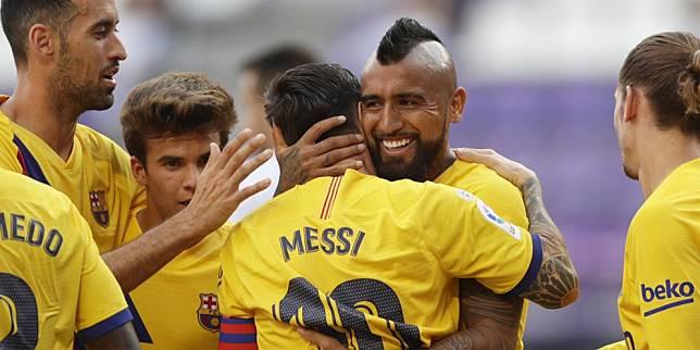 Pemain Barcelona merayakan gol Arturo Vidal ke gawang Real Valladolid pada pekan ke-36 La Liga 2019/2020, Minggu (12/7/2020) dini hari WIB. (c) AP Photo