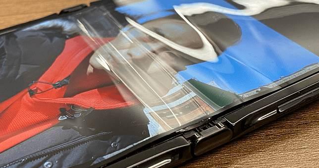 Galaxy Z Flip 螢幕摺疊處出現碎裂,耐用度有待考驗