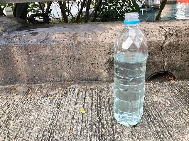 本台記者昨日從該處採集了海水,放入透明膠水樽,發現海水顏色呈淺藍色。(港台圖片)