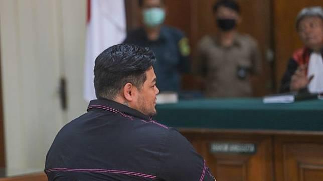 Desainer dan Presenter Ivan Gunawan saat diperiksa sebagai saksi persidangan kasus klinik kecantikan ilegal di Pengadilan Negeri Jakarta Utara, Kamis (9/7). [Suara.com/Alfian Winanto]