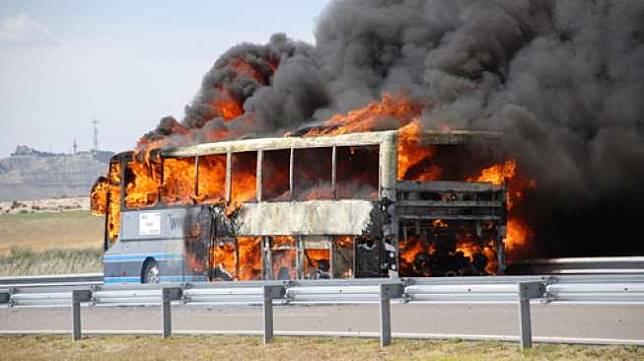 Ilustrasi bus terbakar. (Shutterstock)