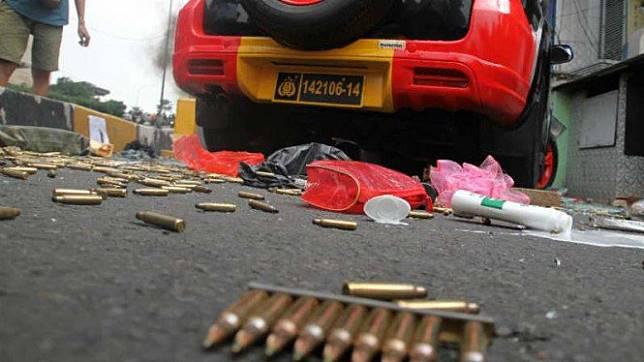 Massa menjarah peluru di mobil polisi di kawasan Slipi, Jakarta Barat.