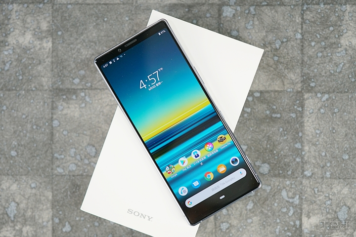 Sony Xperia 1 具備 21:9 CinemaWide 顯示螢幕,螢幕尺寸為 6.5 吋 4K HDR OLED 螢幕,由此看得出來 Sony 應該是把 Xperia 1 定位為過往 Premium 系列手機的後繼機種。