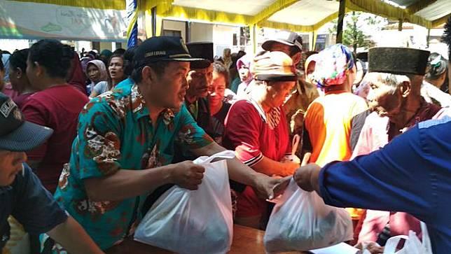 Warga Indramayu Berdesakan Untuk Membeli Paket Sembako Murah