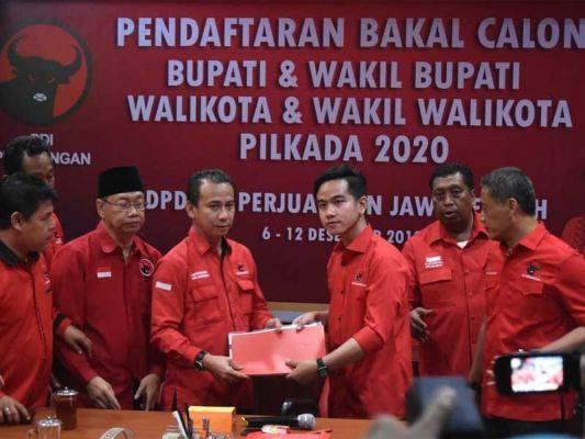 Gibran Rakabuming Raka (ketiga kanan), mengembalikan formulir pendaftaran pencalonan sebagai Wali Kota Surakarta.