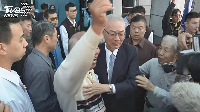 支持者力挺列不分區,吳敦義激動落淚。圖/TVBS資料畫面
