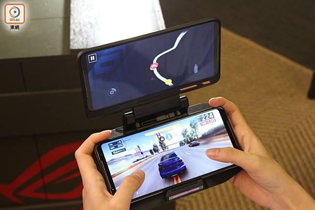 TwinView II雙屏幕基座,打機時分開顯示不同內容,玩賽車Game一流!(張錦昌攝)
