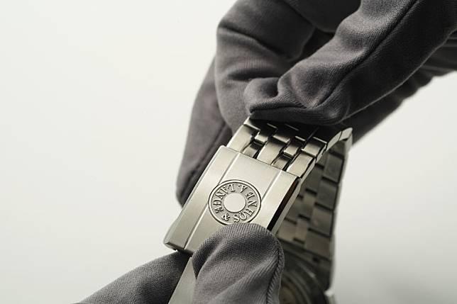 錶帶設有獨特調節機制,輕按錶扣上的品牌標誌,便可輕鬆調校鏈帶長度。(方偉堅攝)