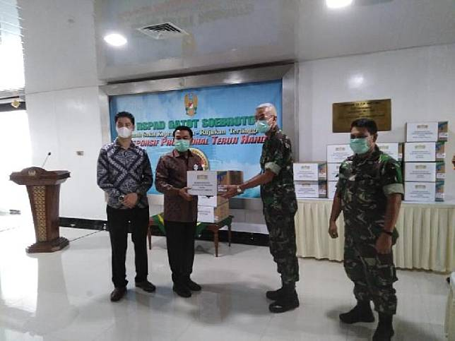 The Presidential Chief of Staff Moeldoko hands out assistance in the form of surgical masks and gloves to several hospitals in a partnership with PT Arista Latindo on Friday, March 27, 2020, at Gatot Subroto Army Hospital.