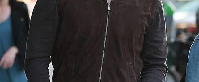 Kali Ini Chris Pratt Bergaya Dengan Memakai Jaket Berbahan Suede Warna Coklat Tua Dipadukan Celana Jeans