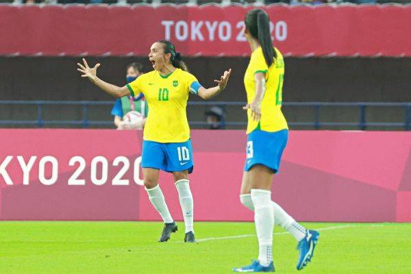 Penyerang timnas Brasil Marta (kiri) melakukan selebrasi usai mencetak gol ke gawang Tiongkok di laga Olimpiade Tokyo 2020
