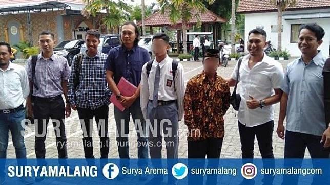 ZA (17) seusai menjalani sidang perdana kasus pembunuhan begal di Kabupaten Malang. (SURYAMALANG.COM/M Erwin)