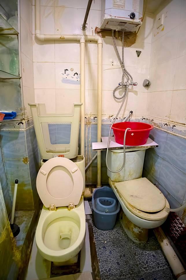 有劏房業主將兩個馬桶置於同一廁所內,住客如廁時沒有私隱。(受訪者提供)