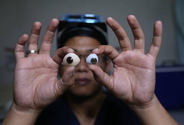 Rizwan Ilyasin, seorang Okularis atau pembuat bola mata palsu, saat membuat bola mata palsu di Ciputat, Tangerang Selatan, Banten, Rabu (10/01/2018). Bola mata palsu yang berbahan baku akrilik ini diperuntukan untuk penyandang tunanetra yang berfungsi mencegah jatuhnya kelopak mata serta menjaga agar air mata dan kotoran dapat mengalir kesalurannya. Harga satu bola mata mencapai Rp7 juta. (KOMPAS.com / ANDREAS LUKAS ALTOBELI)