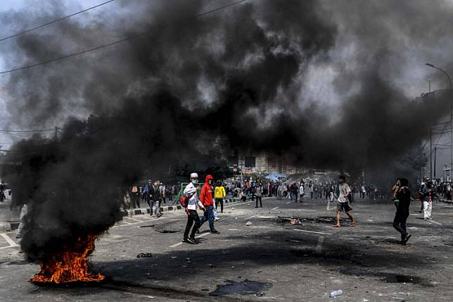 Mob burn rubber tire during a riot on Jl. Jati Baru Raya, Tanah Abang, Central Jakarta on Wednesday.