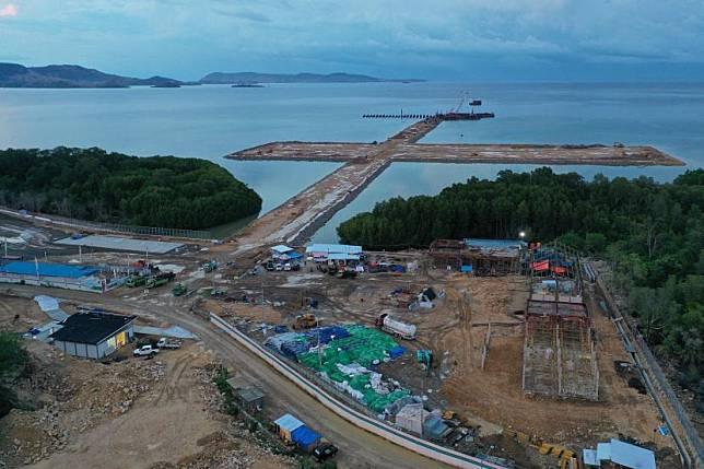 Foto udara proyek pembangunan Pelabuhan Multipurpose Wae Kelambu di Labuan Bajo, NTT, Selasa (10/11/2020).