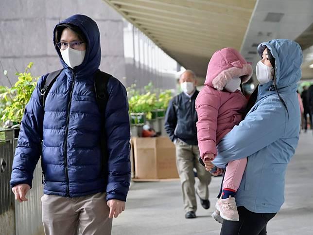 市民外出多戴口罩,市面口罩供應緊張。